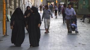 Mujeres con niqab, en el paseo de Gràcia de Barcelona, en una foto de archivo.