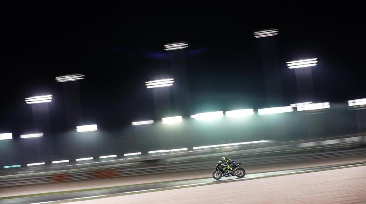 En la noche catarí,los cientos de focos que iluminan el trazado de Dohaprovocan escenas impensables en el mundo de las carrerascomo esta acción de Valentino Rossibajo miles de bombillas.