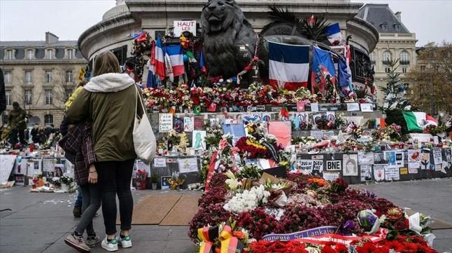 Ofrendas florales y mensajes en recuerdo de las víctimas de los atentados, en París.