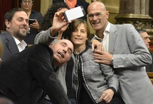Oriol Junqueras, Marta Rovira, Raül Romeva, Carme Forcadell y Lluís Llach se hacen un selfie, este lunes en el Parlament.