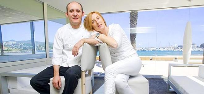 Paco Pérez y Montse Serra, en el Miramar, con el mar de Llançà al fondo. Foto: ALBERT LABERT.