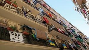 Pancartas contra los pisos turísticos en el barrio de la Barceloneta.