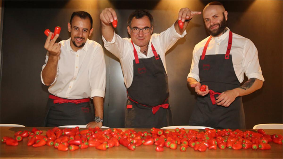 Albert Raurich enseña los 'pebrots' en compañía de Mario Torres y Borja García.