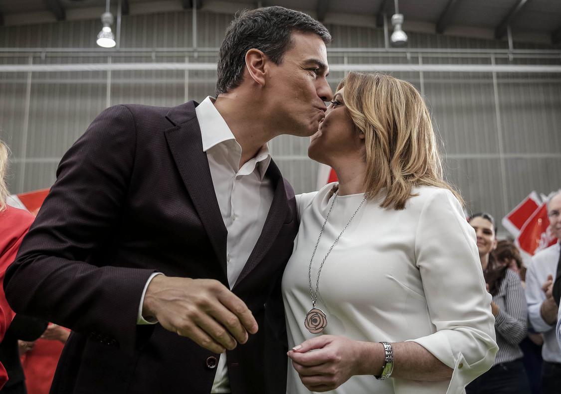 Pedro Sánchez besa a Susana Díaz, durante el comité federal del PSOE.
