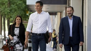 Pedro Sánchez llega a la sede del PSOE, junto a José Luis Ábalos y Adriana Lastra, el pasado miércoles.