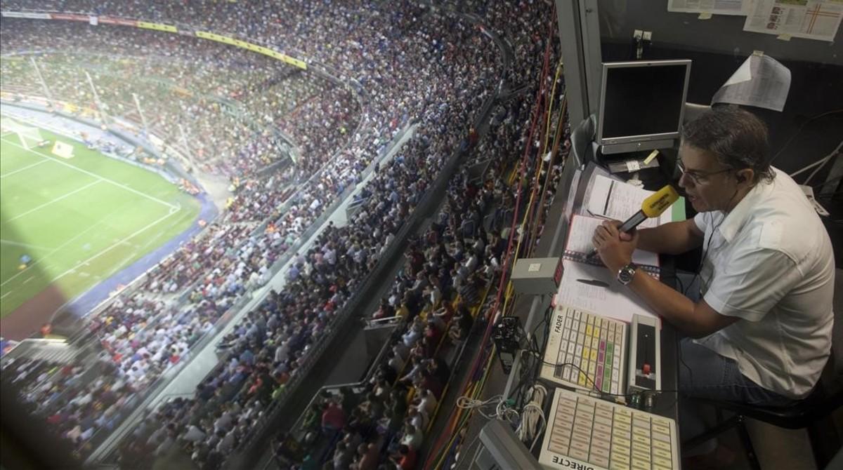 Joaquim Maria Puyal, durante la retransmisión radiofónica de un partido del Barça en el CampNou.