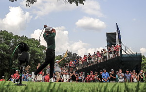 THM51. St. Louis (United States), 12/08/2018.- Brooks Koepka of the US hits his tee shot on the 16th hole during the fourth round of the 100th PGA Championship golf tournament at Bellerive Country Club in St. Louis, Missouri, USA, 12 August 2018. Koepka won the championship. (Estados Unidos) EFE/EPA/TANNEN MAURY