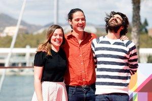 El director (en el centro) con sus protagonistas en el Festival de Málaga