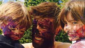 Piqué i els seus fills s'empastifen pintant ous de Pasqua
