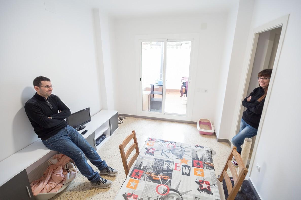 David Toro y Sandra Vigueras, en su nuevo piso, en Granollers.