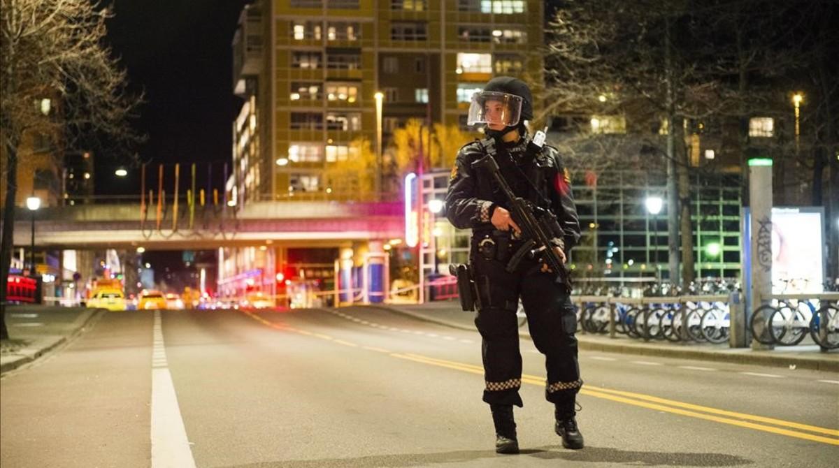 La policía noruega acordona un céntrico barrio de Oslo, por un paquete sospechoso, la noche del sábado al domingo.