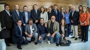 El president de la Generalitat Ximo Puig, la vicepresidenta Monica Oltra, el presidente de les Corts y los portavoces de todos los grupos de la camara (menos el del PP) posan con el presidente Enrique Soriano y el resto del Consejo Rector de la futura Radiotelevision Valenciana.