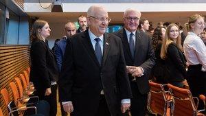 El presidente de Israel, Reuven Rivlin, en primer plano, y el de Alemania,Frank-Walter Steinmeier, este miércoles en el Bundestang en una reunión con jóvenes.