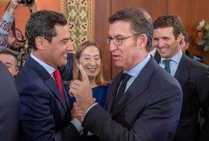 Presidente de la Junta de Galicia Alberto Nuñez Feijóo (d) saludando al presidente de la Junta de Andalucía (i).