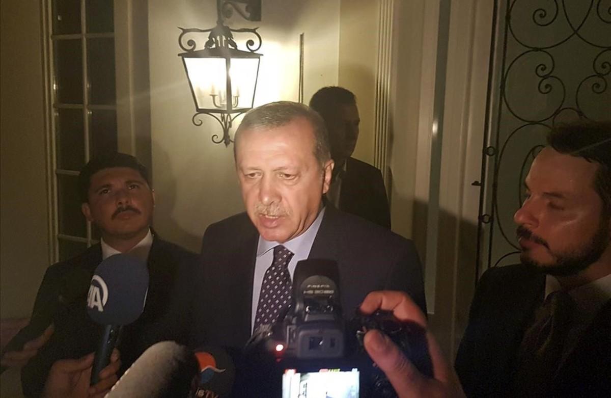 El presidente turco, Tayyip Erdogan, habla con la prensa en la ciudad turística de Marmaris.