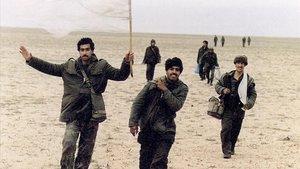 Un grupo de soldados iraquís, desarmados y mal equipados, se rinden a las tropas estadunidenses en la priemera guerra del Golfo.