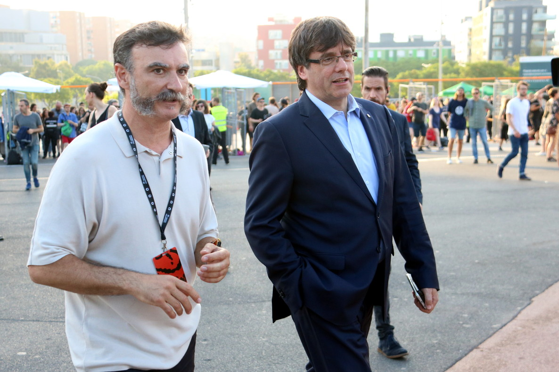 Puigdemont, junto al codirector del festival Alberto Guijarro, visita el Primavera Sound, en junio del año pasado.