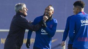 Quique Setién bromea con Arturo Vidal en un entrenamiento del Barça.