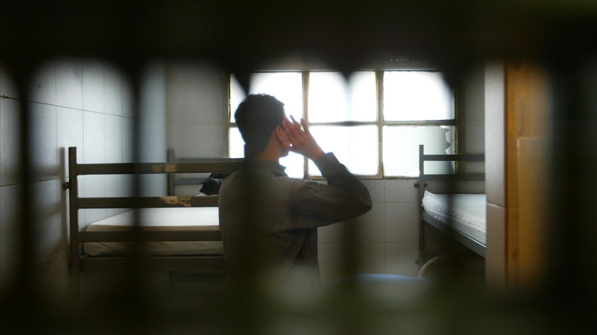 El recluso Alí Z., durante una oración en su celda del antiguo Centre Penitenciari de Joves de Trinitat Vella (Barcelona).