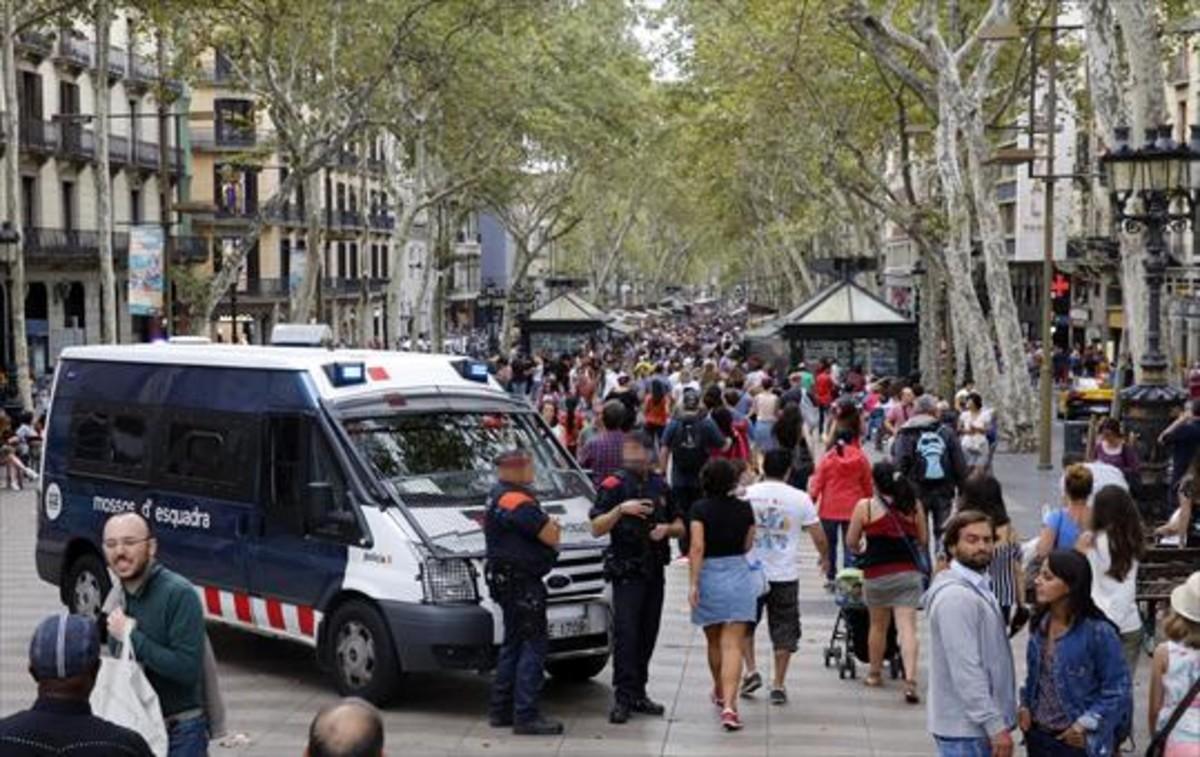 Un furgón y mossos en tareas de vigilancia en la Rambla.