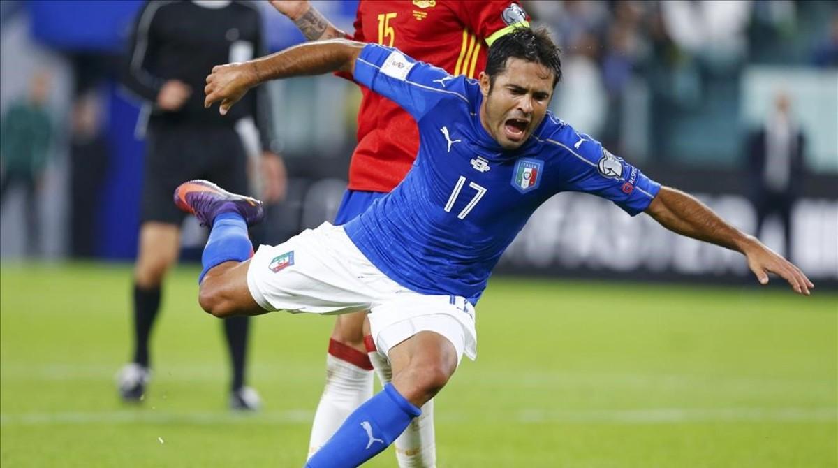Ramos, en la acción del penalti sobre Eder en Turín.