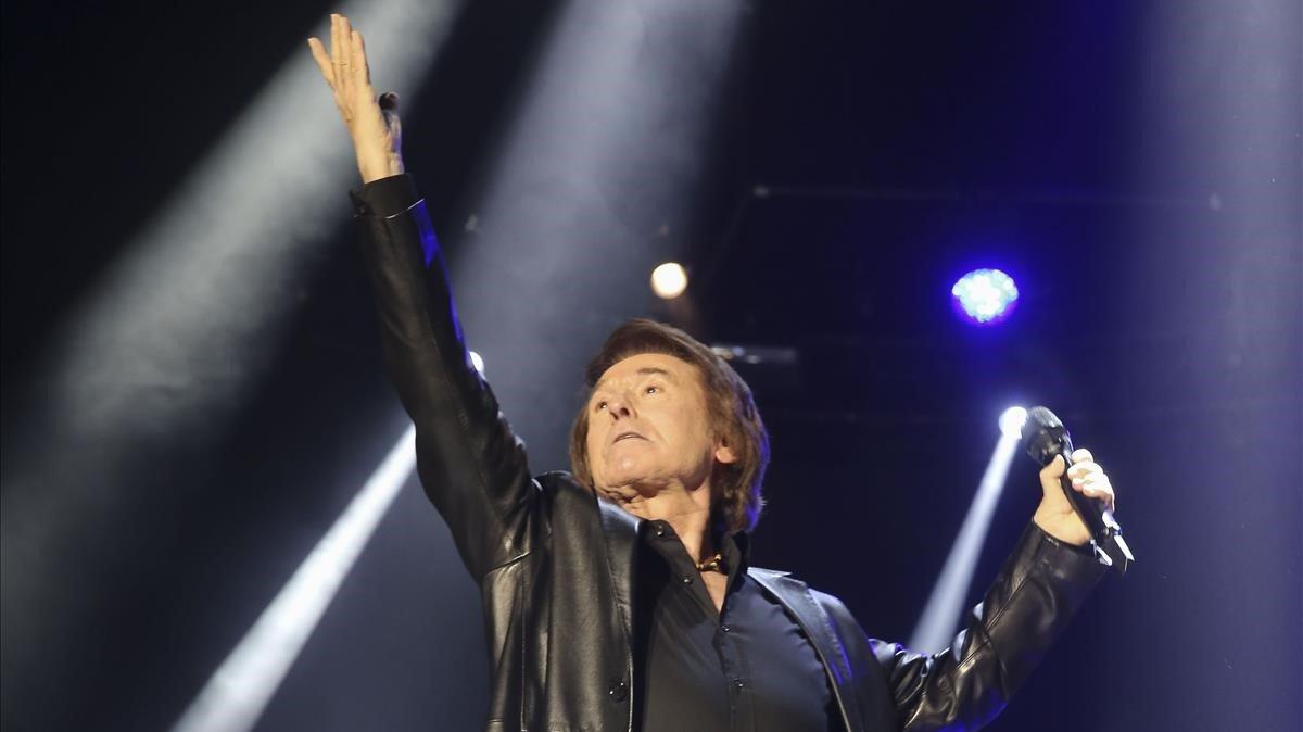 Raphael mostrando su energía y vitalidad sobre el escenario.
