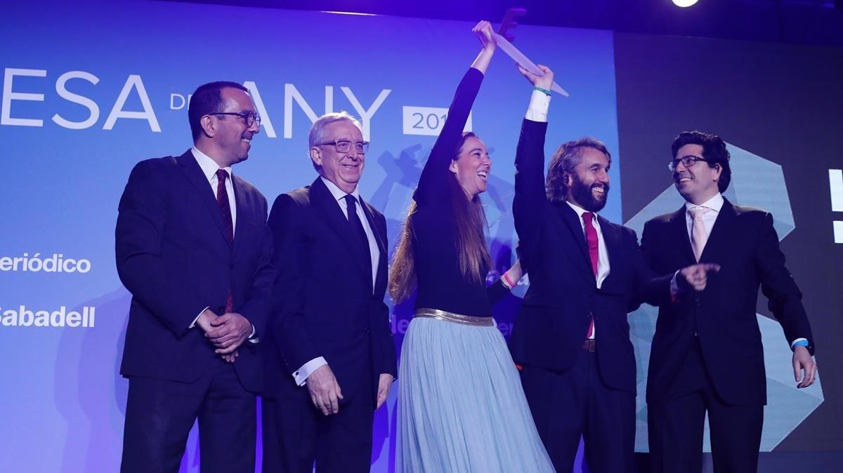 Reciben el premio Inicia Carlota Pi,Oriol Vila y Ferran Noguésco-fundadores de Hola Luz.Entregan el premio Joan Alegre y Josep Miquel Abad.