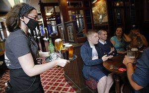 Reapertura de bares en Reino Unido por la pandemia de COVID-19.