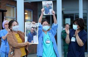 Sanitarios británicos recuerdan en el Kingston Hospital de Londres, este jueves, a su colega Ken Lambatan, fallecido por coronavirus.