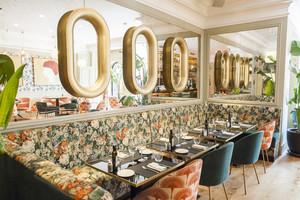 La sala del restaurante Beluga tiene un interiorismo desenfadado y colorista.
