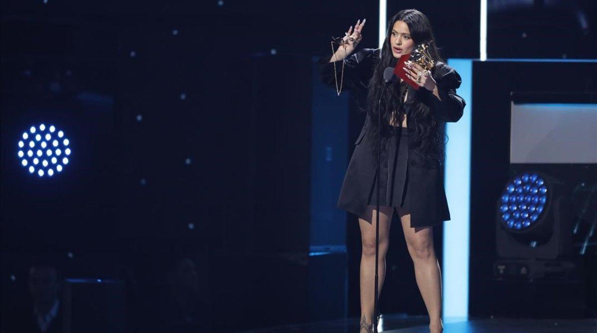Para recoger los premios,lRosalía apareció más discreta que de costumbre, con unsencillo traje formado por chaqueta y pantalón corto de color negro y textura satinada.