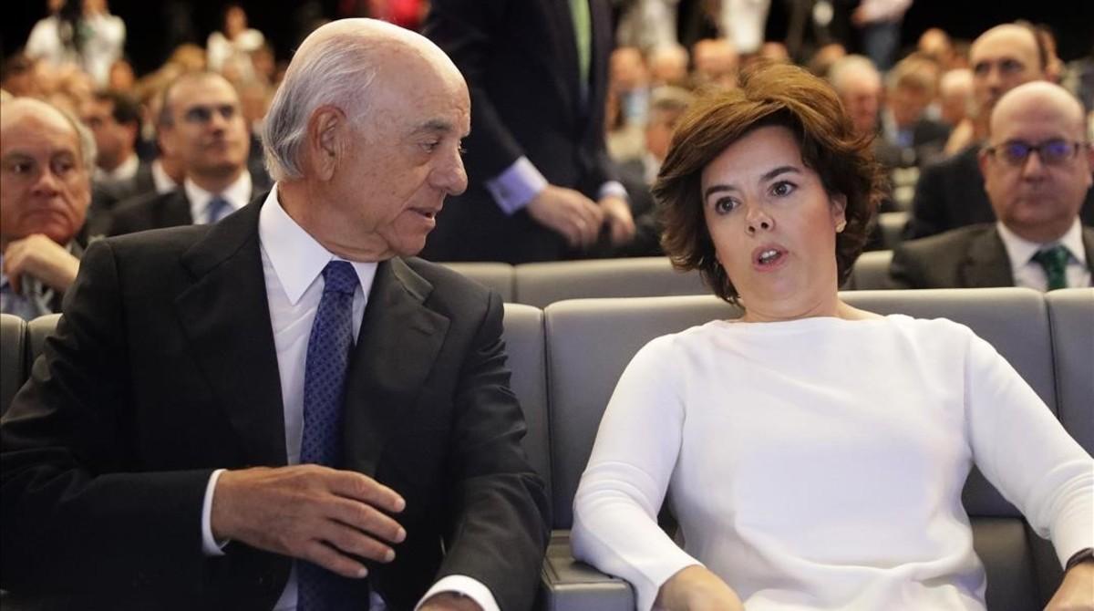 El presidente del BBVA, Francisco Gonzalez,y la vicepresidenta del Gobierno,Soraya Saenz de Santamaría,conversan durante el foro de finanzas sostenibles del BBVA.