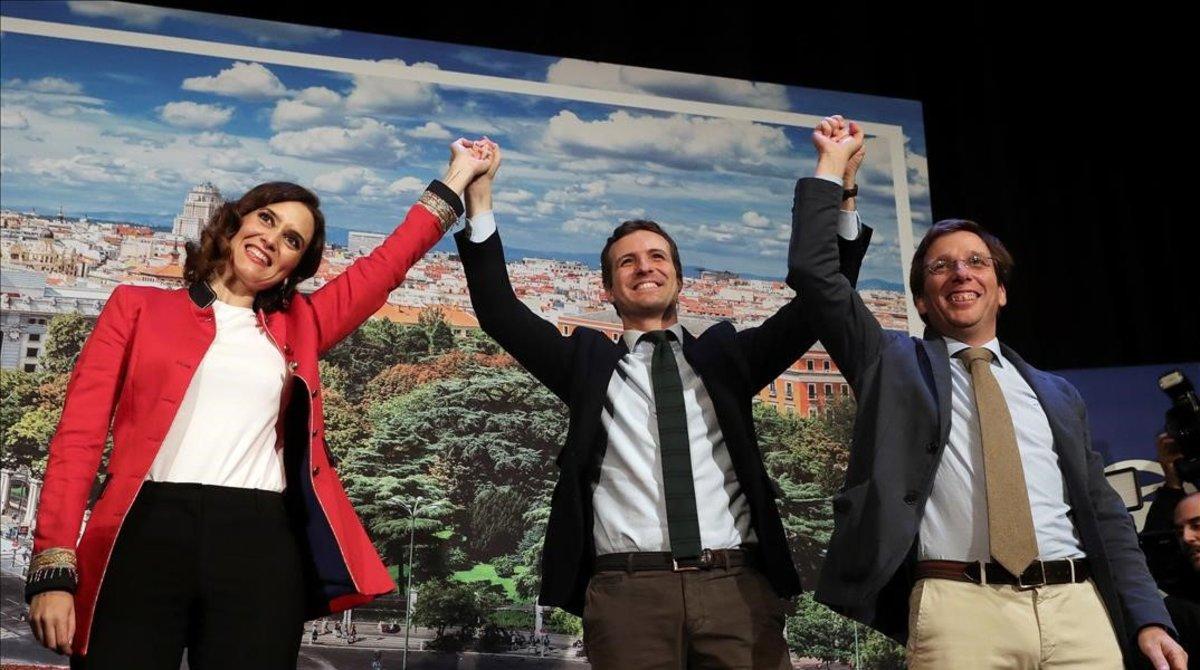 Pablo Casado, entre Isabel Díaz Ayuso, la candidata al Gobierno de Madrid, y José Luis Martínez-Almeida, el aspirante a la alcaldía de la capital.