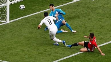 Un cabezazo de Giménez aúpa a Uruguay en un pésimo partido de Luis Suárez