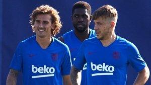 Griezmann, junto a Umtiti y Arthur, en un entrenamiento.