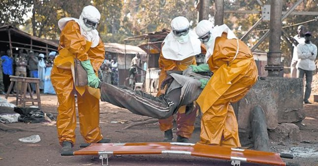 Sanitarios de la OMS retiran el cadáver de un enfermo de ébola en Guinea, el pasado enero.