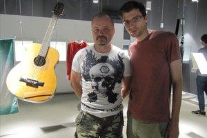 Sead Svrana (izquierda), ante la guitarra que cedió al museu y junto a Jasminko Halilovic, en Sarajevo.