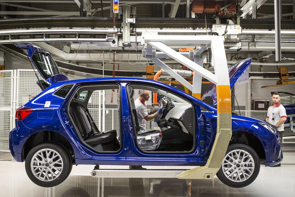 Un coche de Seat en su fabrica de Martorell (Barcelona) en pleno proceso de montaje.