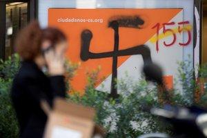 La sede de Ciudadanos en Barcelona el pasado martes con pintadas, al día siguiente de darse a conocer la sentencia del 'procés'.