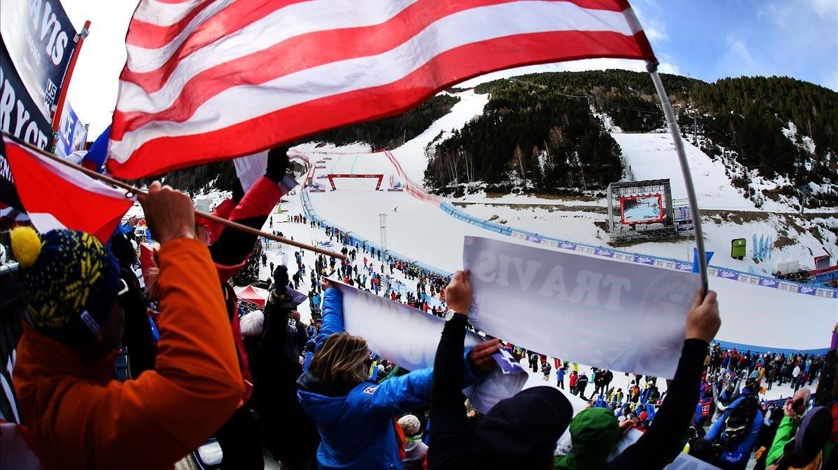 Seguidores de Estados Unidos animan a un esquiador desde la grada de El Tarter.
