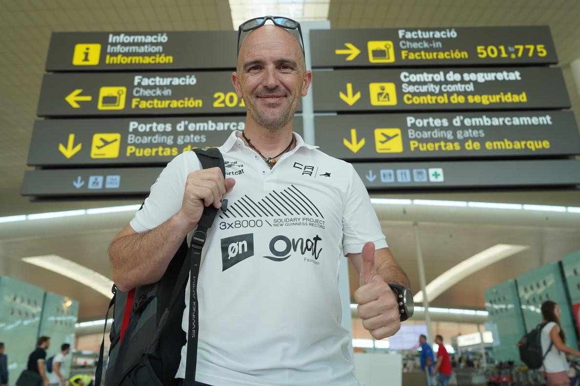 Sergi Mingote en el aeropuerto de El Prat este jueves, antes de poner rumbo a Nepal