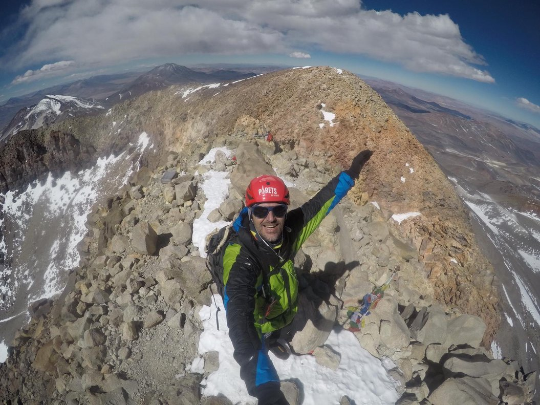 Sergi Mingote en la cima del volcán Ojos del Salado, en Chile