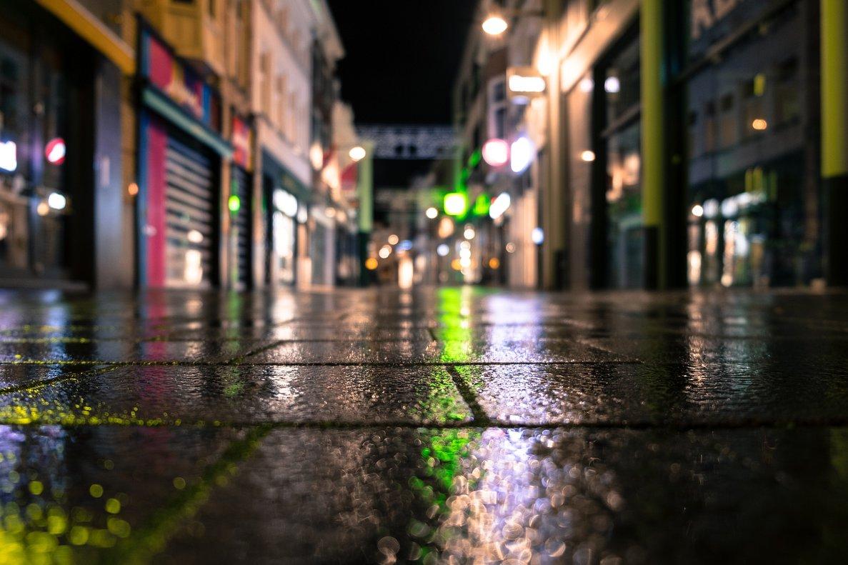 L'angoixa d'una noia al veure's envoltada per set homes en un carreró