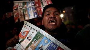 Un simpatizante del candidato Carlos Mesa, durante una protesta este lunes en La Paz.