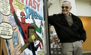 Stan Lee, en una imagen del 2006, ante un póster de Spiderman.