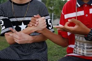 Dos joves swaggers se saluden als voltants del centre comercial Splau, a Cornellà, la setmana passada.
