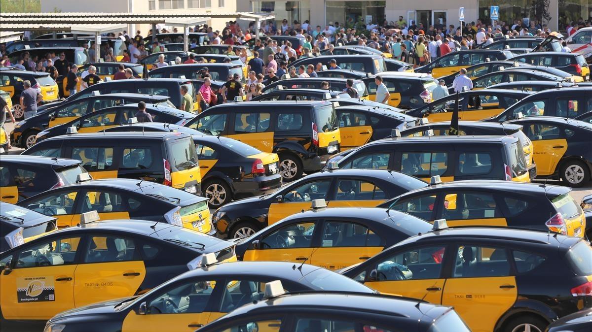 Fomento tiende la mano al taxi y aparca la vía judicial