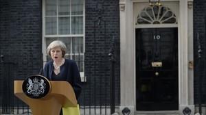 Theresa May habla ante la prensa en su primer discurso en el exterior del 10 de Downing Street como nueva premier británica.