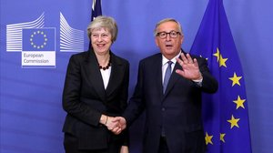 Theresa May y Jean-Claude Juncker, en Bruselas.