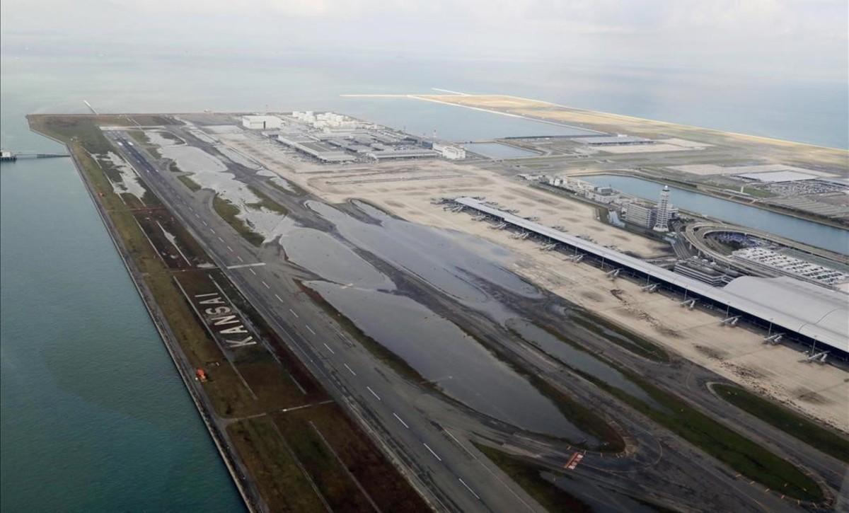 Vista aérea del aeropuerto internacional de Kansai, en Osaka, inundado tras el paso del tifón Jebi.